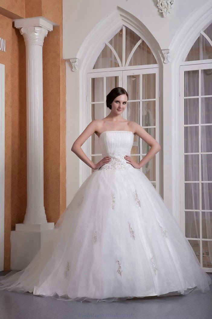 Stand out with a  Strapless Wedding Dresses