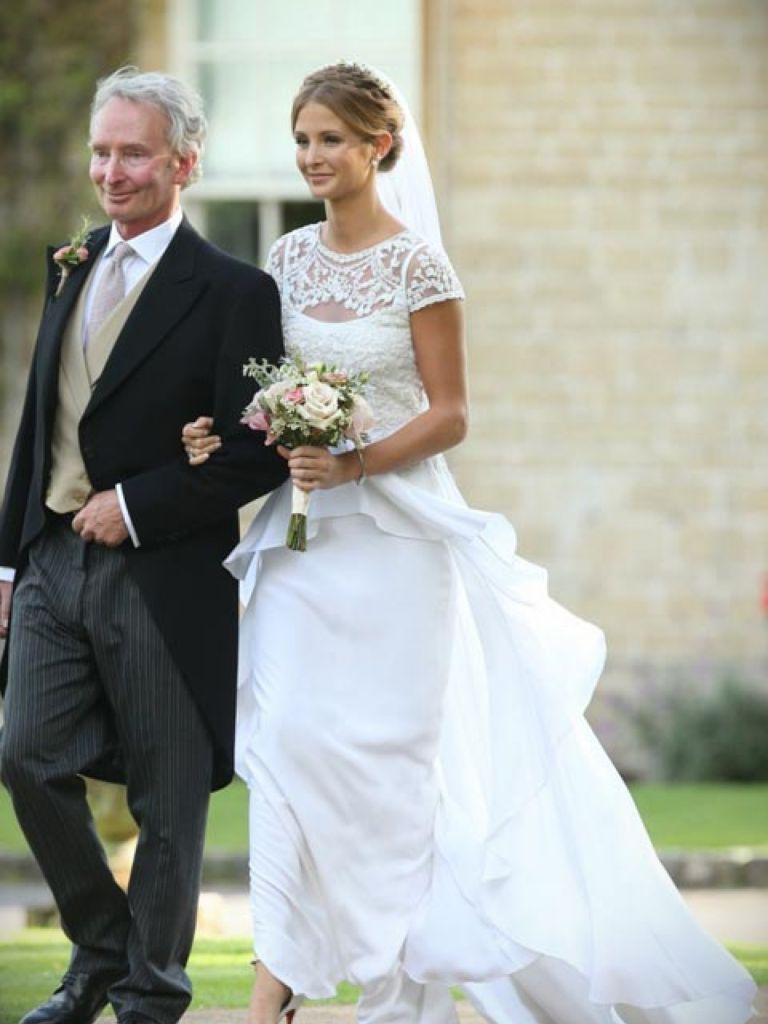 Colorful carolyn bessette kennedy wedding gown for Caroline kennedy wedding dress
